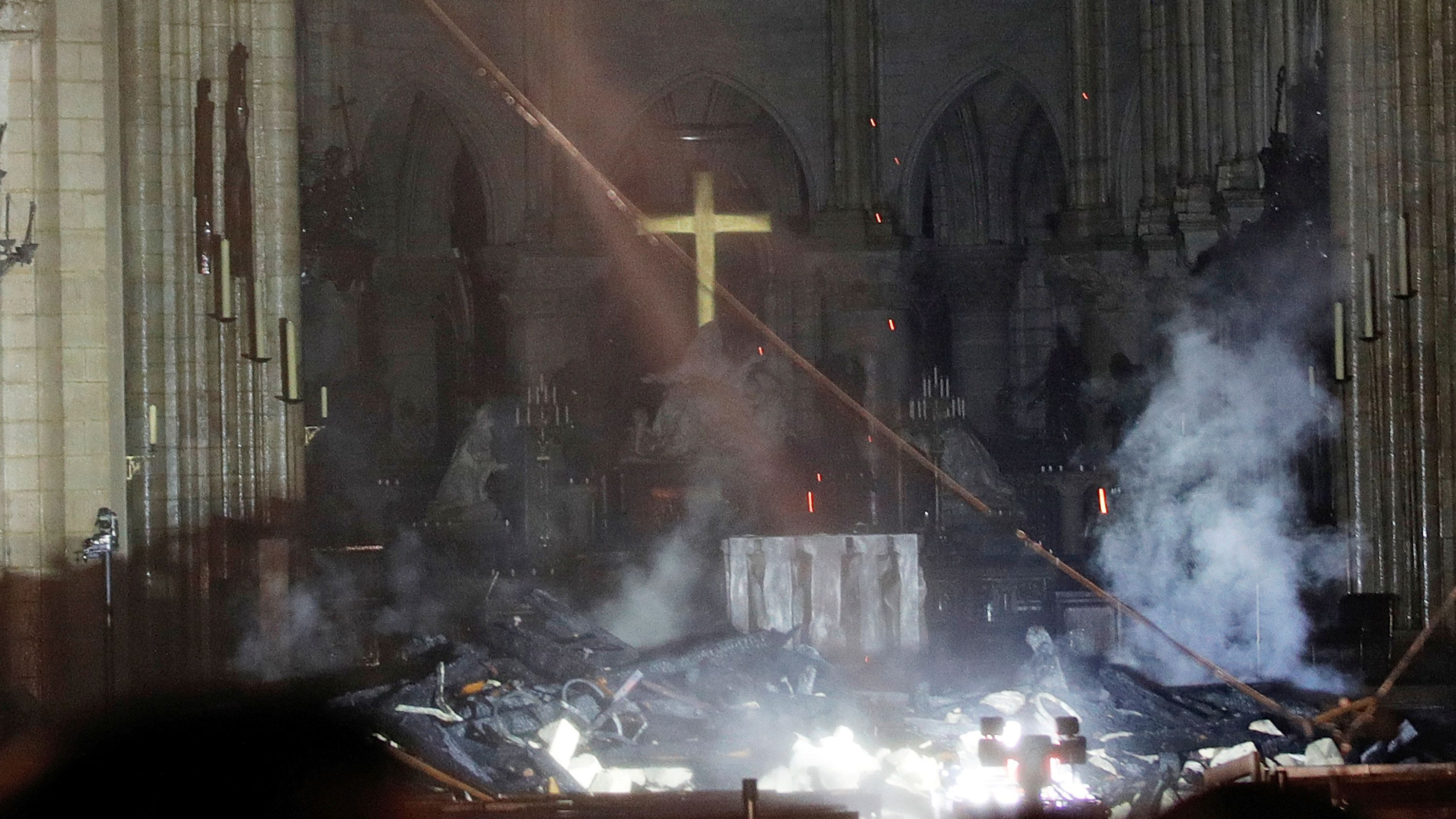 https://lenbilen.files.wordpress.com/2019/04/ap_france_notre_dame_fire.jpg